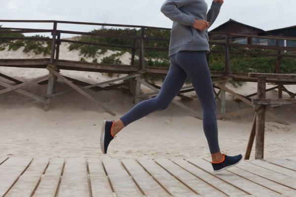 健康的にランニングする女性